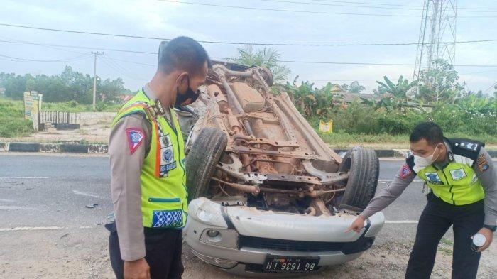 Melaju dengan Kecepatan Tinggi Tabrak Pembatas Jalan, Mobil Toyota Rush Terbalik, Satu Korban Kritis