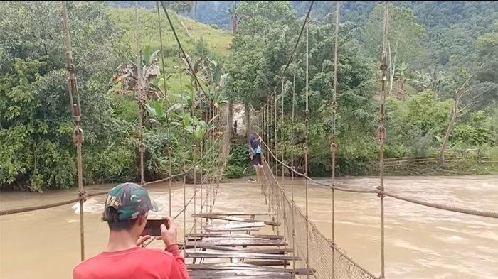 Pelajar Pertaruhkan Nyawa Untuk Sampai ke Sekolah, Menyeberang Bergelayutan di Tali Jembatan Rusak