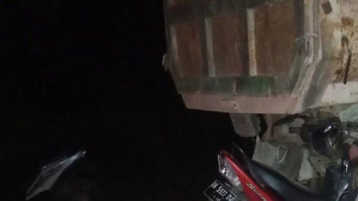 Pengendara Tewas Tabrak Dump Truck yang Terparkir di Lintas Timur, Motor Terjepit di Bawah Truk
