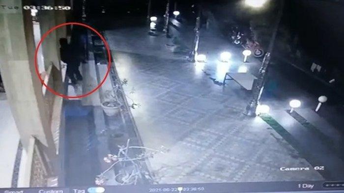 Pencuri Lelaki Paruh Baya Gasak 4 Handphone di Masjid