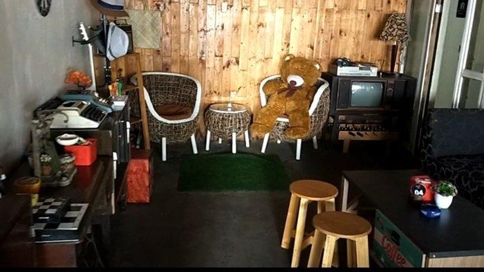 Ada televisi, radio dan organ jadul dipajang di  Kafe Kopi Ruang Hati