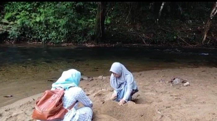 Asyiknya bermain pasir pantai Sungai Atiran Kabupaten HST.