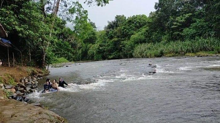 Daratan di pinggir sungai Pantai Nateh Meratus yang luas seperti pantai.