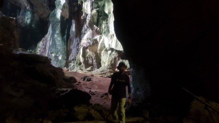 Mulai ruang utama Gua Liang Kuda-kuda Batu Besar, pelancong ini menuju ruangan kedua yang berangin kencang.