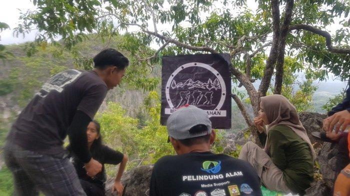 SANTAI - Komunitas pecinta alam Riamadungan bersantai di Puncak Pesona.