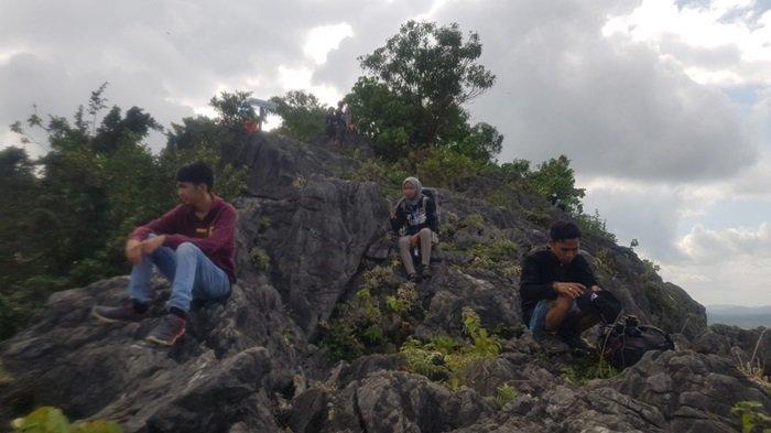 SANTAI - Rombongan Dinas Pariwisata Tala bersantai di sekitar Puncak Pesona pada kegiatan eksplorasi potensi wisata, beberapa pekan lalu.