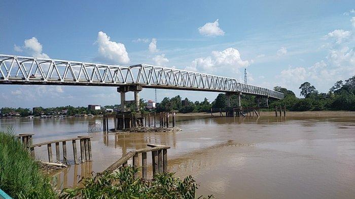 Jembatan Kasongan Kabupaten Katingan Kalimantan Tengah, berada di atas Taman Green Kasongan.