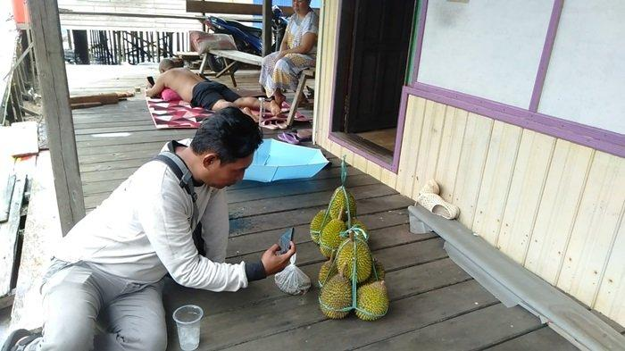 Menikmati buah durian di Wisata Buah Pulau Burung Kabupaten Tanahbumbu.