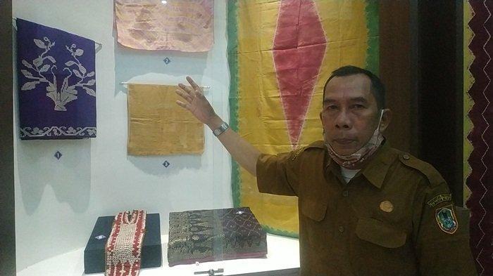 Museum Lambung Mangkurat Kalsel di Banjarbaru, Diusulkan Ada Area Fasilitas Pejualan Sovenir - Pamong-Budaya-Museum-Lambung-Mangkurat-H-Rusmiadi-menujukkan-koleksi-benda-kain-adat-Banjar.jpg