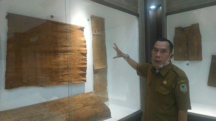 Museum Lambung Mangkurat Kalsel di Banjarbaru, Diusulkan Ada Area Fasilitas Pejualan Sovenir - Pamong-Budaya-Museum-Lambung-Mangkurat-H-Rusmiadi-menujukkan-koleksi-pakaian-kulit-kayu.jpg