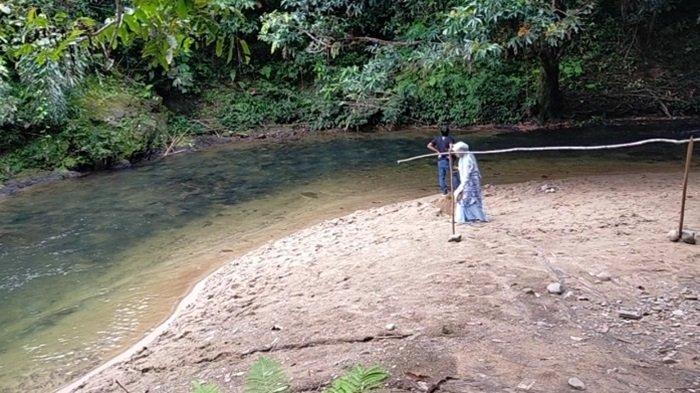 Pemandangan di tepi sungai di Desa Atiran Kabupaten HST yang mirip pantai karena ada hamparan pasir