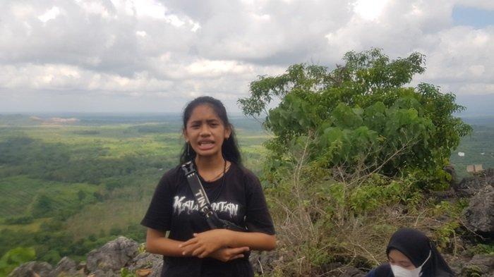 Pemandu wisata Gunung Gua Liang di Desa Riamadungan, Aulia Rahmawati.