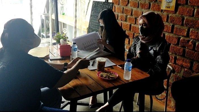 Pengunjung sedang santai di Kafe Kopi Ruang Hati di Banjarmasin.