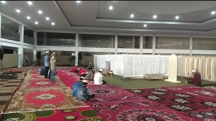 Suasana di dalam ruangan Makam Guru Zuhdi di Banjarmasin.