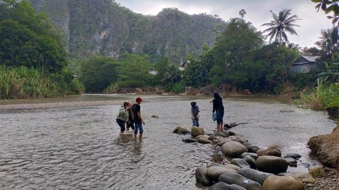 Wisata alam Pantai Nateh Meratus yang dikelilingi tebing bukit kapur (Karst).