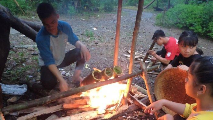 Membuat Nasi Humbal Bapalan Bersama Anak-anak Loksado, Makanan Tradisional yang Disukai Wisatawan