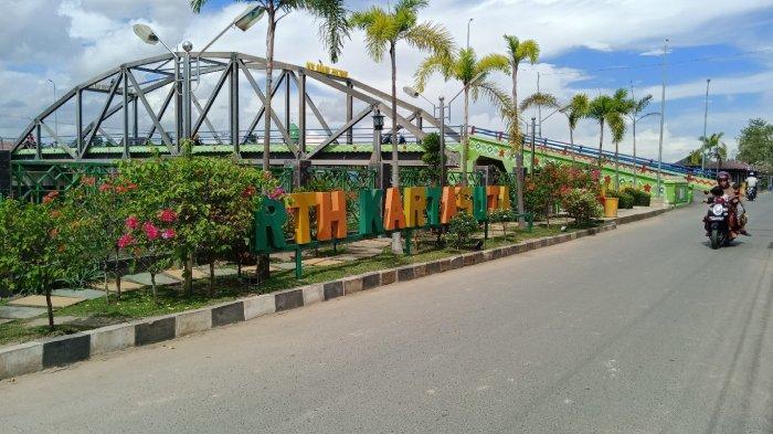 Menikmati Pemandangan Sungai Martapura dari RTH Kartasuta di Jembatan Dua Nama