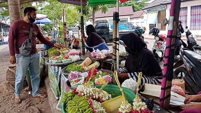 Tak Hanya Menjual Kembang Jadi Pedagang Kembang Juga Terima Pesanan