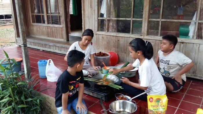 Warga Dayak Desa Labuhan HST Boleh Menyantap Makanan yang Disediakan Setelah Pelaksanaan Aruh Adat