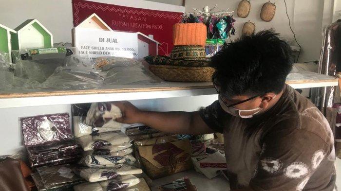 Yayasan Rumah Kreatif dan Pintar Banjarmasin Berdayakan Difabel untuk melukis Motif Sasirangan