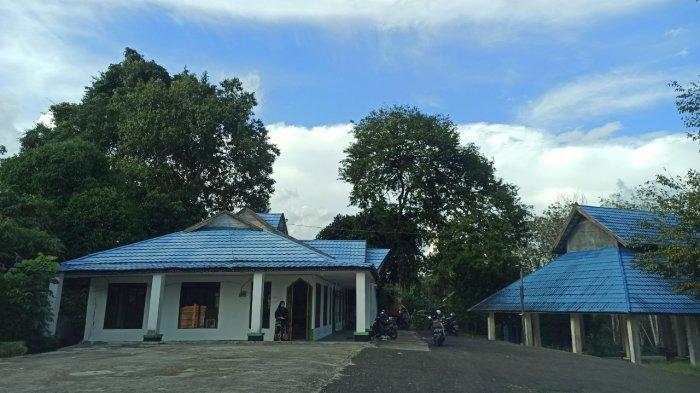 Wisata Kalsel, Makam Datu Kandang Haji di Kabupaten Balangan Setiap Hari Dikunjungi Peziarah - wisata-kalsel-bangunan-pelindung-makam-datu-kandang-haji-di-kabupaten-balangan.jpg