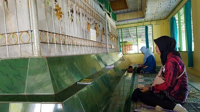 Wisata Kalsel Pulau Datu di Kabupaten Tanahlaut, Menikmati Indah Pulau Sekaligus Ziarahi Ulama Besar - wisata-kalsel-makam-datu-pamulutan-di-puncak-pulau-datu-kabupaten-tanahlaut-00.jpg