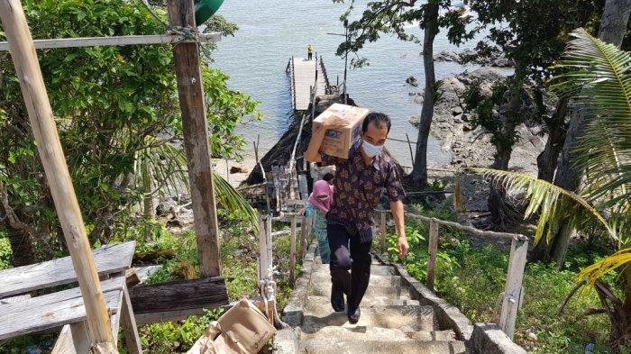 Wisata Kalsel, Makam Datu Pamulutan di Pulau Datu Desa Tanjungdewa Panyipatan.Kabupaten Tanahlaut - wisata-kalsel-menapaki-dermaga-menuju-puncak-pulau-datu-desa-tanjungdewa-panyipatan-tanahlaut.jpg
