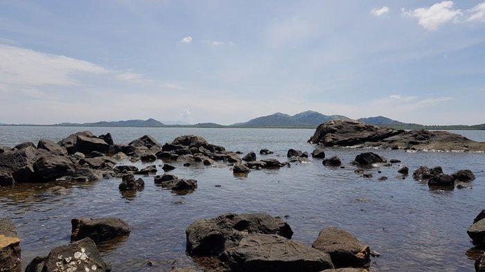 Wisata Kalsel Pulau Datu di Kabupaten Tanahlaut, Tempat Makam Ulama Besar Pengusir Penjajah - wisata-kalsel-pemandangan-sekitar-dermaga-pulau-datu-di-kabupaten-tanahlaut.jpg