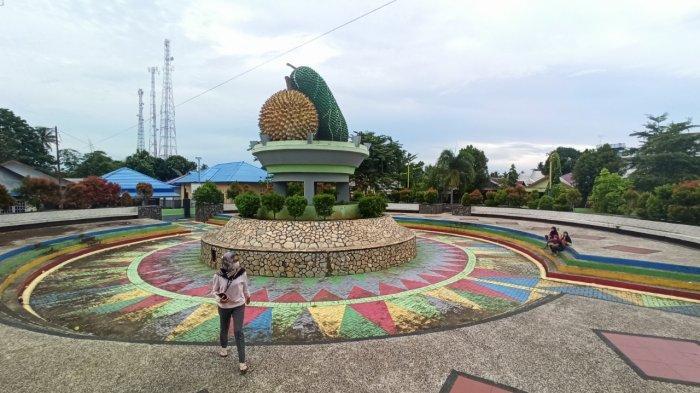 Ramai Tiap Sore, Wisata Kalsel RTH Batumandi Balangan Taman Rekreasi Bersantai Keluarga - wisata-kalsel-rth-batumandi-kabupaten-balangan-taman-melingkari-monumen-durian-dan-tiwadak.jpg