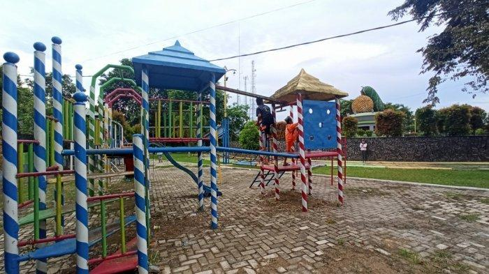 Ramai Tiap Sore, Wisata Kalsel RTH Batumandi Balangan Taman Rekreasi Bersantai Keluarga - wisata-kalsel-sejumlah-anak-terlihat-bermain-di-rth-batumandi-kabupaten-balangan-kalsel.jpg