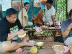 Asyiknya-menikmati-buah-durian-di-Wisata-Buah-Pulau-Burung-Kabupaten-Tanahbumbu.jpg