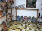 Fasilitas-buku-tersedia-di-samping-tempat-duduk-Oettara-Koffie-di-Jalan-Sultan-Adan-Banjarmasin.jpg