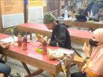 Para-seniman-muda-santai-berdiskusi-di-kafe-Oettara-Koffie-Jalan-Sultan-Adam-Banjarmasin.jpg