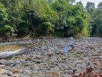 Pemandangan-di-pantai-Sungai-Atiran-Kabupaten-HST-yang-bening-dikelilingi-rimbun-pepohonan.jpg