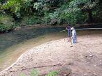 Pemandangan-di-tepi-sungai-di-Desa-Atiran-Kabupaten-HST-mirip-pantai-karena-ada-hamparan-pasir.jpg