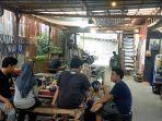 Pengunjung-bersantai-di-kafe-Oettara-Koffie-Banjarmasin-02.jpg