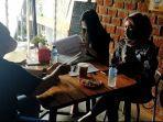 Pengunjung-sedang-santai-di-Kafe-Kopi-Ruang-Hati-di-Banjarmasin.jpg