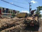 Sebuah-mobil-pikap-memuat-kayu-galam-di-Lianganggang-Banjarbaru.jpg