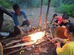 anak-anak-loksado-membuat-nasi-humbal-dengan-membakar-bambu-berisi-beras-dan-lauk.jpg