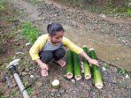 mita-anak-loksado-menyiapkan-bambu-untuk-membuat-nasi-humbal.jpg