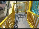 setiap-tangga-naik-dilengkapi-dengan-pagar-yang-bisa-digunakan-untuk-pegangan.jpg