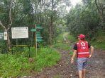 warga-melihat-pintu-masuk-hutan-p-vinsi-kalimantan-selatan-sabtu-18_7_2020.jpg