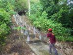 warga-menapaki-tangga-menuju-g-provinsi-kalimantan-selatan-sabtu-18_7_2020.jpg
