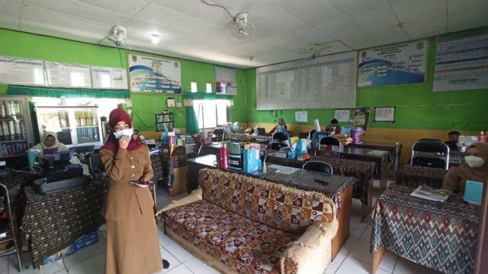 Kepala SMAN 2 Paringin, Rahkmiati memperlihatkan ruang TU sekaligus ruang guru di SMAN 2 Paringin