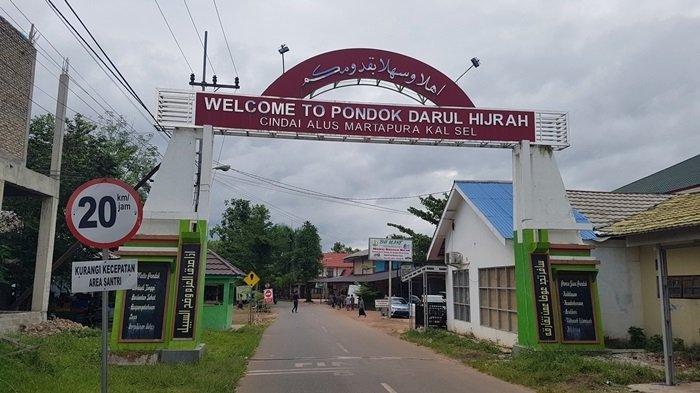 Pintu gerbang Pondok Pesantren Darul Hijrah Putra, Desa Cindai Alus,  Kecamatan Martapura, Kabupaten Banjar, Provinsi Kalimantan Selatan.