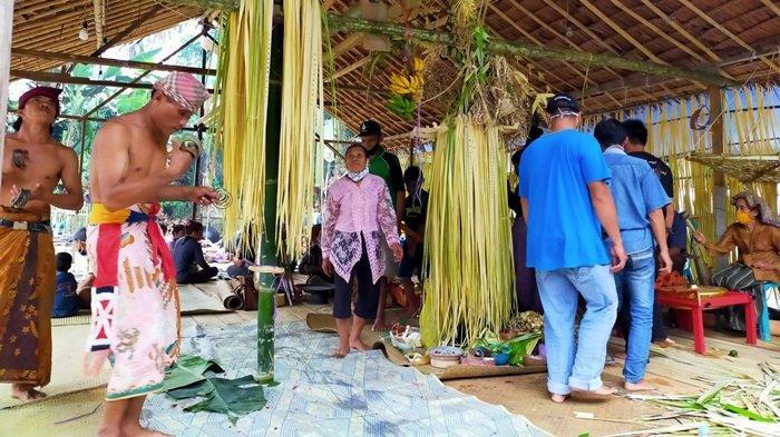 Rangkaian ritual Mesiwah Pare Gumboh suku adat dayak Deah di Desa Liyu, Kecamatan Halong,  Kabupaten Balangan,  Kalsel.