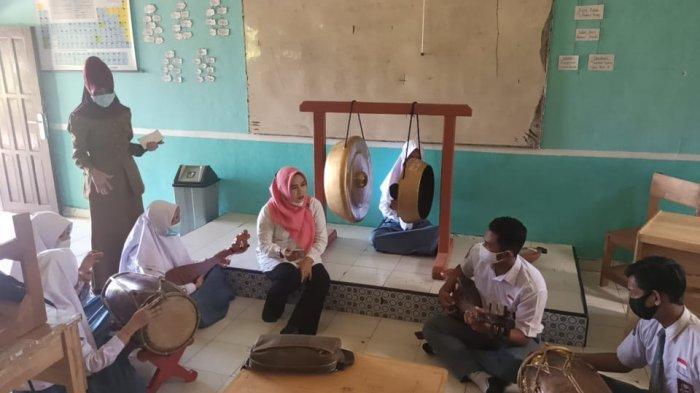 KalselPedia - SMAN 2 Paringin, School of Champions Kembangkan Potensi SiswaBerprestasi - Siswa-SMAN-2-Paringin-memainkan-musik-panting.jpg