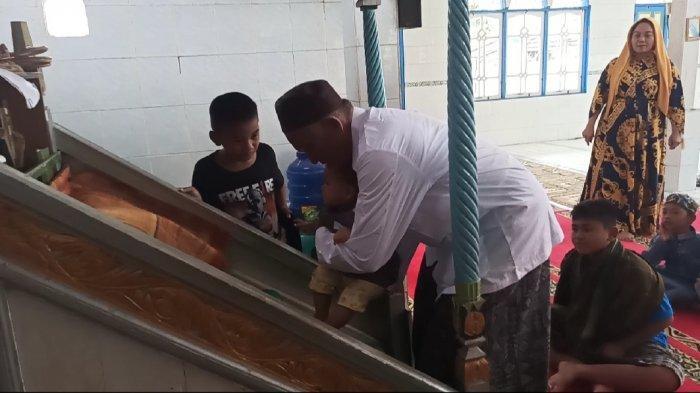 KalselPedia - Tradisi Batumbang Anak di Hulu Sungai Kalsel, Bayi Dinaikkan ke Mimbar Masjid