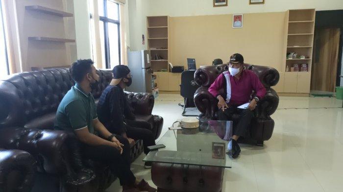 Kantor Camat Juai Kabupaten Balangan Miliki Rumah Pintar Pemilu di Ruang Tunggu Pelayanan - camat-juai-kabupaten-balangan-munisih-melayani-kunjungan-warganya.jpg