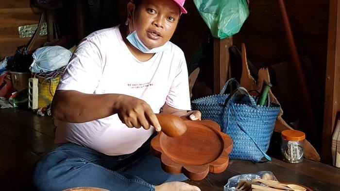 Satu Keluarga di Kabupaten Tanahlaut Ini Bikin Spatula dan Perabot Dapur dari Limbah Kayu Ulin